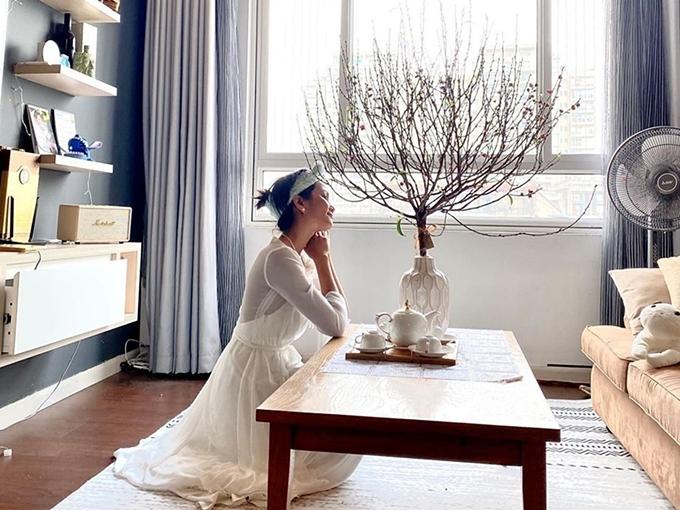 Không gian phòng khách có tông màu trầm, tạo cảm giác ấm cúng.