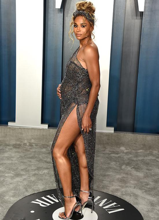 Ca sĩ Ciara bầu bí vẫn nổi bật với váy xuyên thấu.