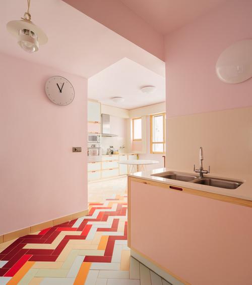 Căn hộ thuộc một tòa nhà được xây dựng từ năm 1968. Do đó, nhóm kiến trúc sư tư vấn giải pháp thiết kế là mang đến phong cách trang nhã nhưng cũng lồng ghép yếu tố hiện đại cho căn hộ.