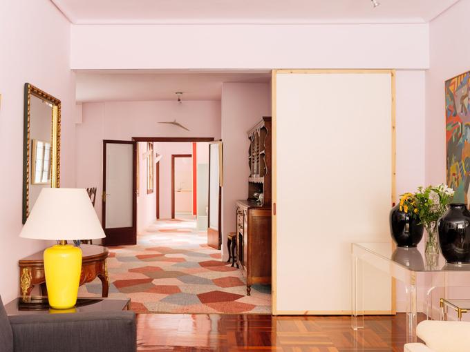 Căn nhà được nghiên cứu kỹ lưỡng trong khâu thiết kế để tái sử dụng các nội thất cũ. Đồng thời, các không gian được chia tách bởi cửa di động, giúp căn hộ đón nắng tự nhiên, tạo sự lưu thông không khí.