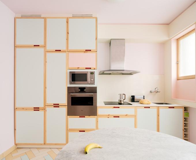 Góc bếp mang xu hướng tối giản. Gia chủ chọn lớp sơn tường màu hồng nhạt hiện đại cho toàn bộ ngôi nhà.