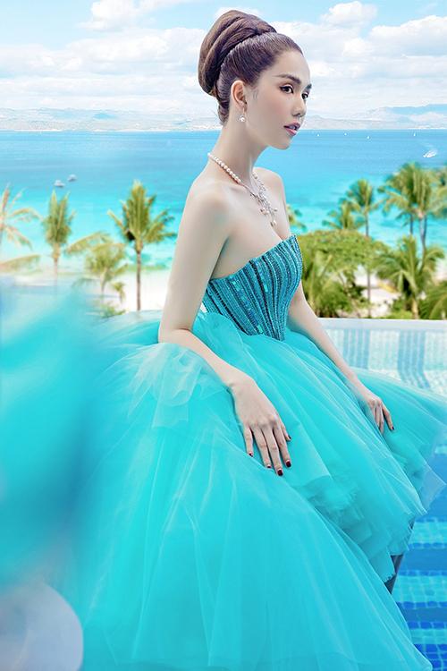 Khi diện váy cúp ngực xanh diễn viên Vu quy đại náo lựa chọn kiểu tóc búi cao kết hợp cùng trang sức ngọc trai để tông nét sang trọng, quyến rũ.