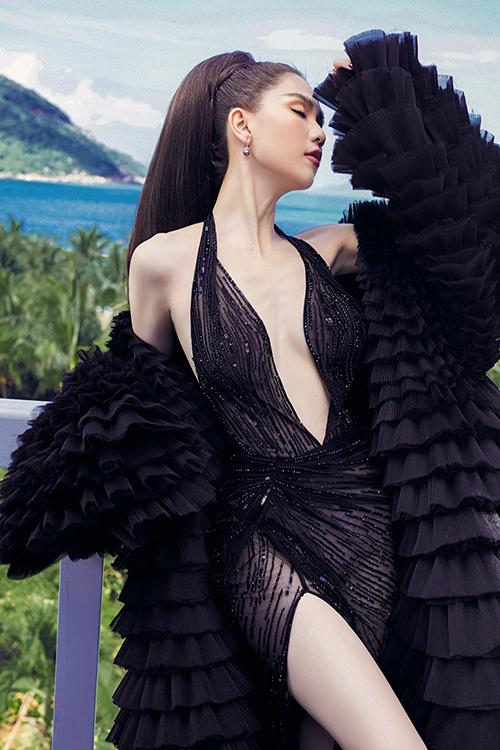 Ngọc Trinh trở thành nàng thơ của nhà thiết kế Lê Thanh Hòa trong bộ ảnh thời trang đầu năm. Người đẹp diện loạt váy hở táo bạo để khoe vẻ sexy.