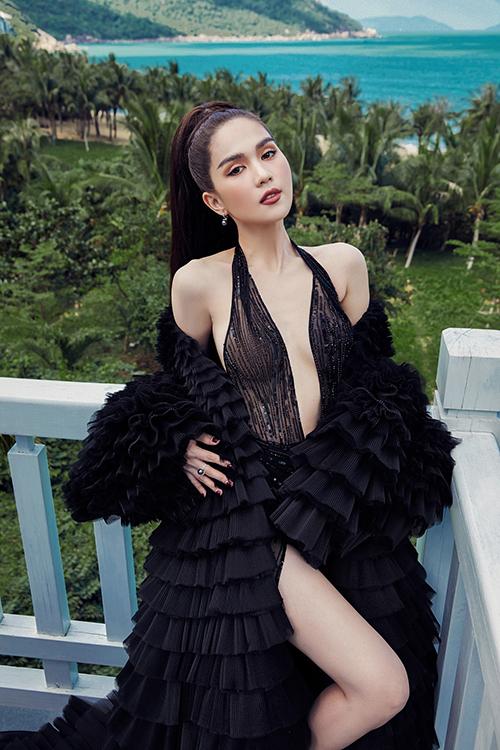 Ngọc Trinh thể hiệnhình ảnh gợi cảm vốn đã trở thành thương hiệu của cô. Người đẹp lựa chọn kiểu váy ren mỏng, được may cầu kỳ.