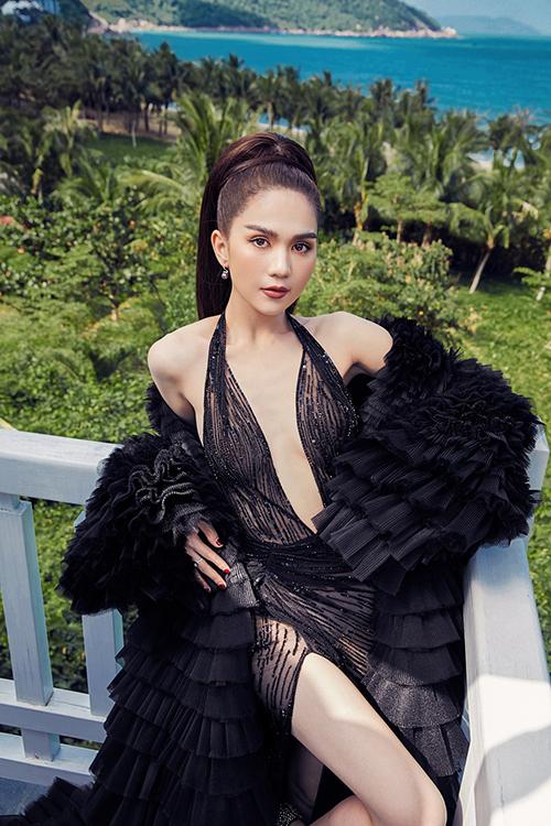 Điểm nhấn của thiết kế nằm ở chi tiết xẻ sâu ở phần ngực và đùi, giúp cô khoe đôi chân dài cùng số đo hình thể nóng bỏng
