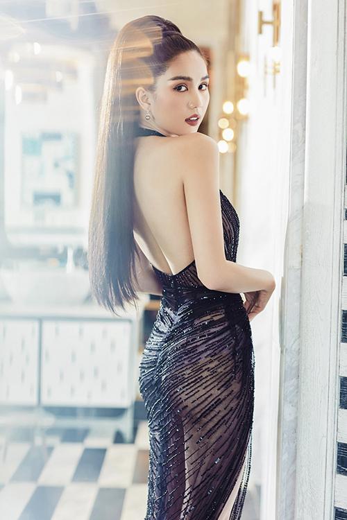Đầm đi tiệc của Lê Thanh Hoà khai thác tối đa các khoảng hở giúp Nữ hoàng nội y tự tin khoe trọn đường cong sexy.