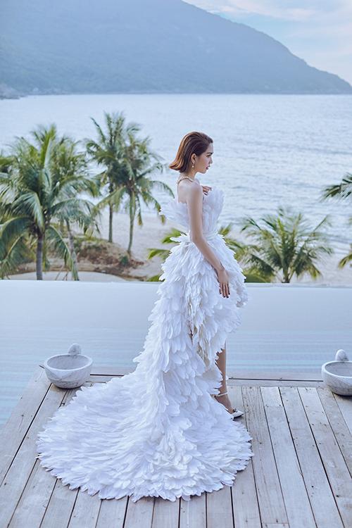 Ngoài việc tận dụng chất liệu vải lưới để tạo nên các mẫu đầm xuyên thấu đốt mắt người nhìn, Lê Thanh Hoà còn giới thiệu đầm lông vũ thiết kế kỳ công.