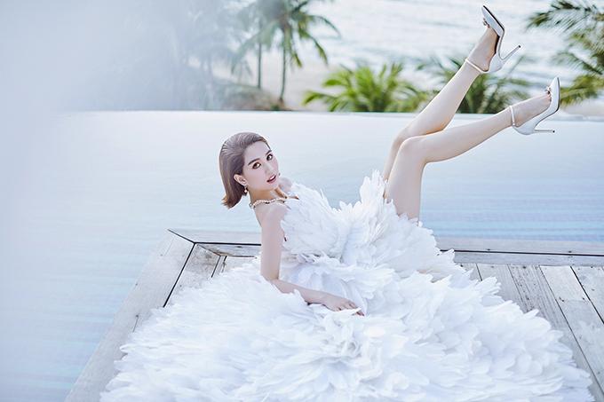 Bộ ảnh được thực hiện với sự hỗ trợ của nhiếp ảnh Mạnh Bi, trang điểm Bảo Bảo,  stylist Phạm Bảo Luận.