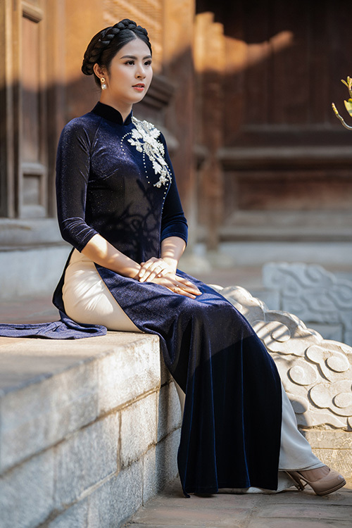 Những ngày đầu năm nay, thời tiết Hà Nội rất lạnh. Vì thế, tôi đã nghĩ đến việc tạo nên những chiếc áo dài vừa giúp chị em giữ ấm vừa duyên dáng, nữ tính, Ngọc Hân chia sẻ.