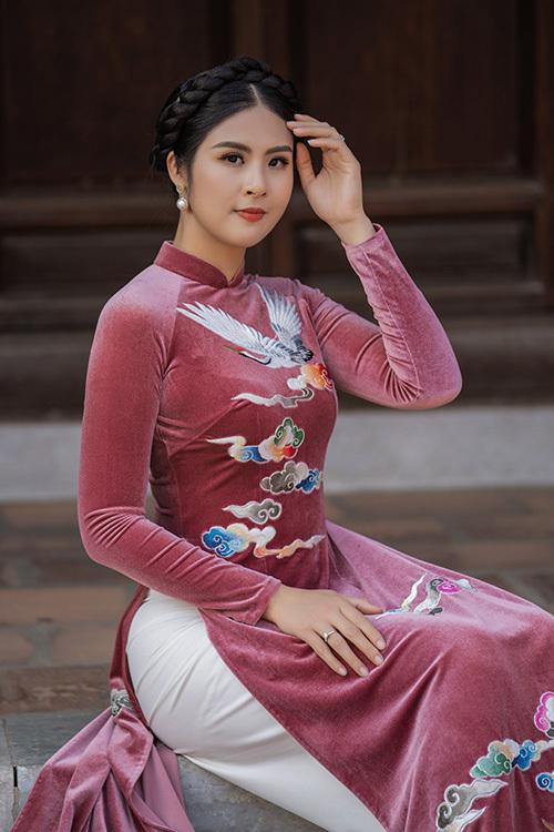 Cô hiện sở hữu một cửa hàng áo dàivà được mẹ giúp sức trong việc kinh doanh.