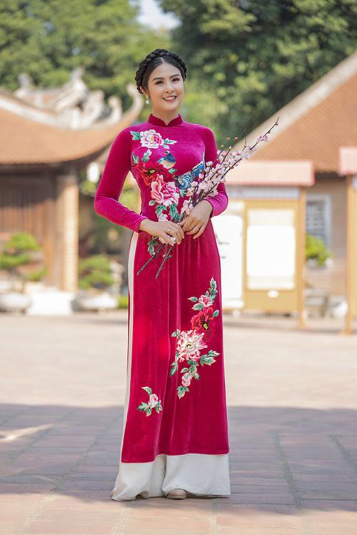 Đầu năm Canh Tý, Hà Nội tràn ngập trong những ngày thời tiết âm u, mưa phùn. Tranh thủ ngày có nắng, Hoa hậu Ngọc Hân thực hiện một bộ ảnh kỷ niệm với bộ sưu tập áo dài mới nhất của mình.