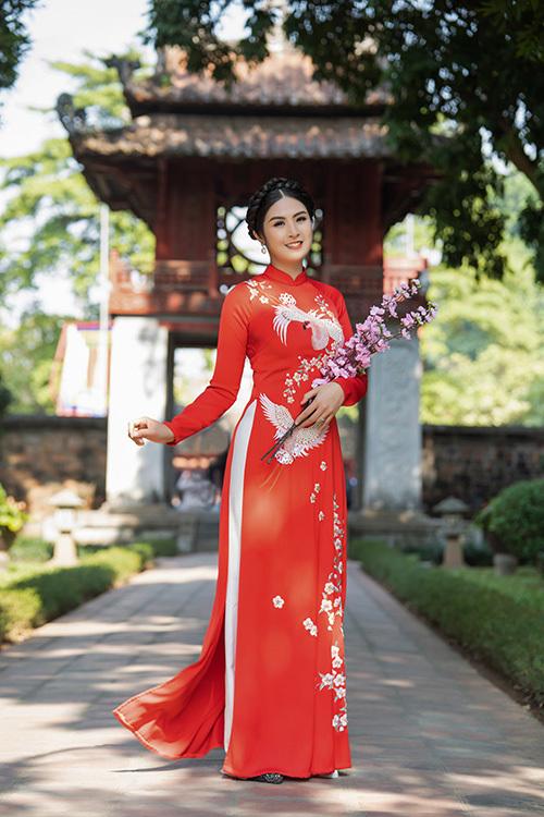 Bên cạnh những mẫu áo dài nhung, Hoa hậu Ngọc Hân còn cho ra mắt một số mẫu áo dài lụa thêu hoa nữ tính.