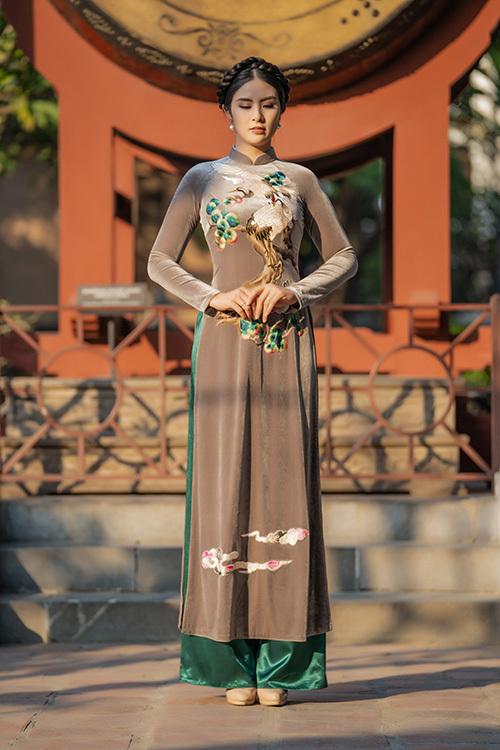 Hoa hậu Ngọc Hân theo đuổi việc thiết kế áo dài nhiều năm nay, từ khi tốt nghiệp thủ khoa ngành Thiết kế thời trang của Đại học Mỹ thuật Công nghiệp.