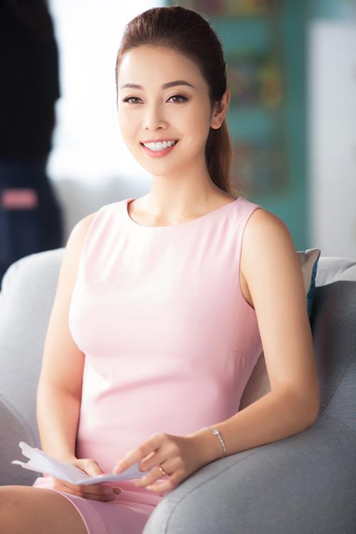 Hoa hậu Jennifer Phạm khi đi quay quảng cáo hôm 8/2 tại TP HCM.