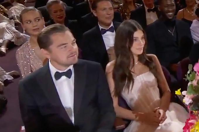 Leonardo DiCaprio và cô đào trẻ Camila Morrone ngồi cạnh nhau xem lễ trao giải tại nhà hát Dolby ở Los Angeles. Sau 15 năm, từ khi đưa cô bạn gái siêu mẫuGisele Bundchen tới Oscar 2005, Leo mới dẫn người yêu tới buổi lễ này.