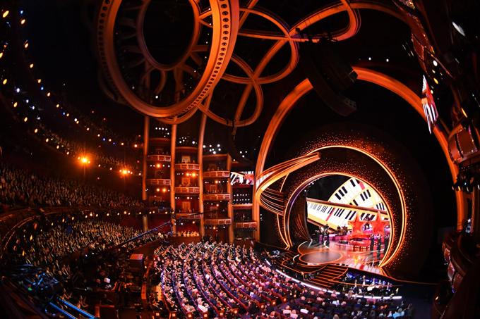 Nhà hát Dolby rực rỡ trong đêm trao giải Oscar. Sân khấu được dựng với thiết kế 360 độ, mang đến cảm giác gần gũi và sống động cho khán giả.