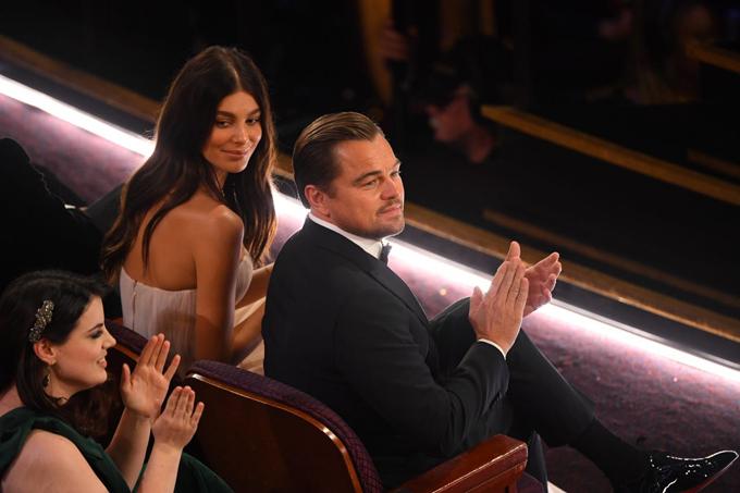 Leonardo DiCaprio ngồi bên côbạn gái 22 tuổiCamila Morrone. Sau 15 năm, tài tử Titanic mới đưa một bóng hồng tới lễ trao giải Oscar cùng anh.