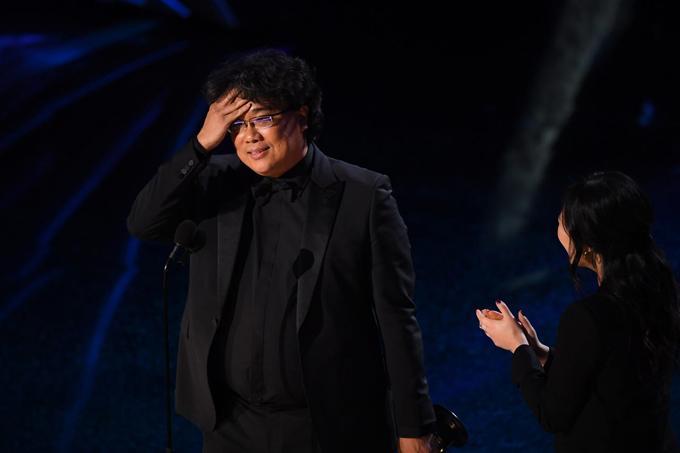 Nhà làm phim người Hàn Quốc,Joon-ho, bất ngờ và bối rối khi được xướng tên là Đạo diễn xuất sắc với phim Ký sinh trùng, vượt qua nhiều đạo diễn kỳ cựu ở Hollywood.