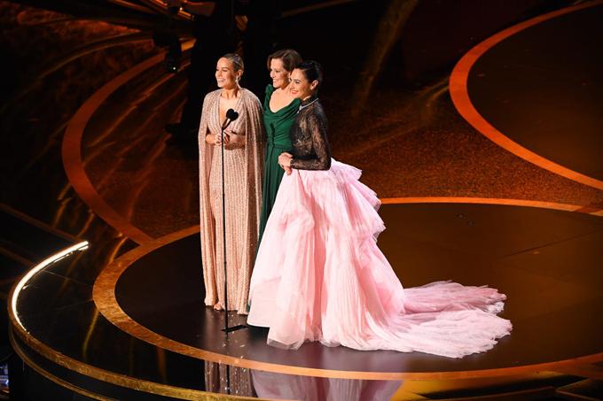 Ba đả nữ của màn ảnh Hollywood Brie Larson (trái), Sigourney Weaver (giữa) vàGal Godot nói đùa rằng họ sẽ lập lên câu lạc bộ chiến đấu riêng sau khi lên trao giải Oscar cùng nhau.