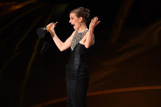 Nhà soạn nhạc người Ireland, Hildur Guðnadóttir, vui sướng nhận giải Nhạc phim xuất sắc với phim Joker.