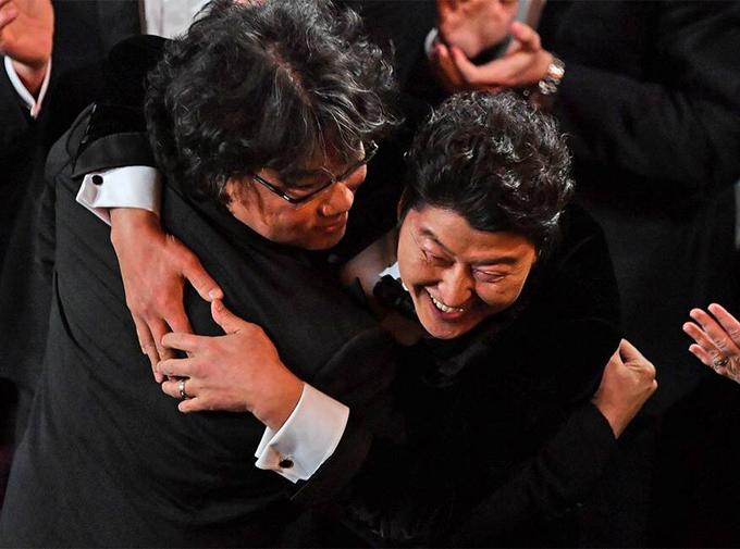 Đạo diễn Joon-ho ôm chặt nam diễn viên Song Kang Ho chia sẻ niềm vui chiến thắng.