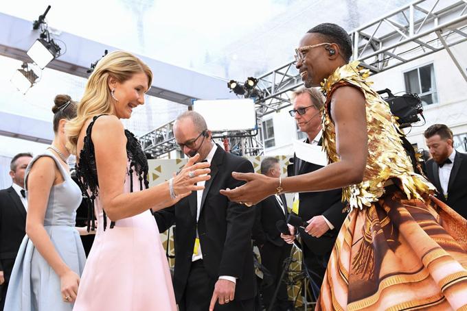 Nữ diễn viên Laura Dern không giấu nổi sự trầm trồ trước bộ váy lộng lẫy của nam ca sĩBilly Porter.