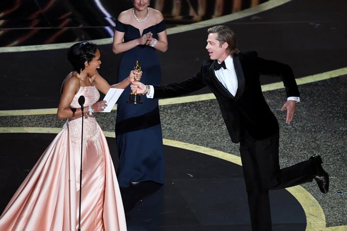 Brad Pitt chạy lên sân khấu đón nhận tượng vàng danh giá từ nữ đồng nghiệpRegina King. Đây là lần đầu tiên trong sự nghiệp tài tử 54 tuổi giành giải Oscar ở hạng mục diễn xuất. Brad được vinh danh với vai diễn cascadeur trong phim Once upon a Time...in Hollywood.
