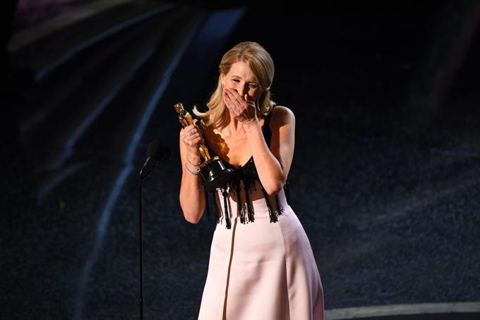 LauraDern nghẹn ngào giành giải Nữ diễn viên phụ xuất sắc với phim Marriage Storytrước ngày tròn 53 tuổi.Đây là món quà sinh nhật tuyệt vời nhất tôi từng nhận, Laura phát biểu.