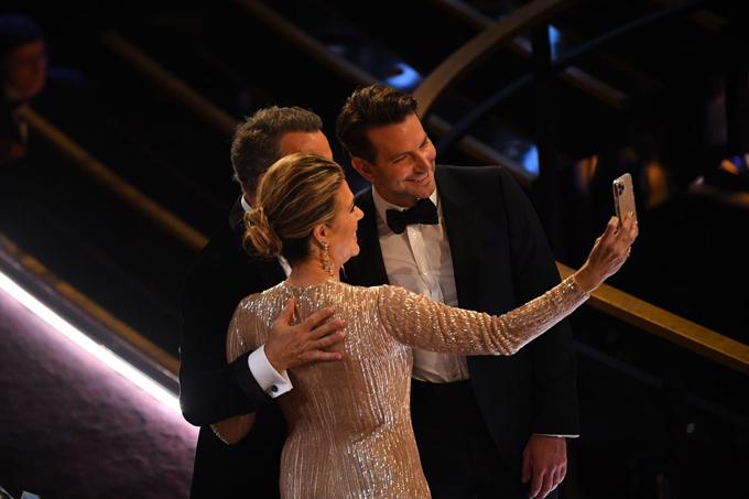 Ba ngôi sao Rita Wilson, Hanks vàBradley Cooper hào hứng selfie trước khi lễ trao giải bắt đầu.