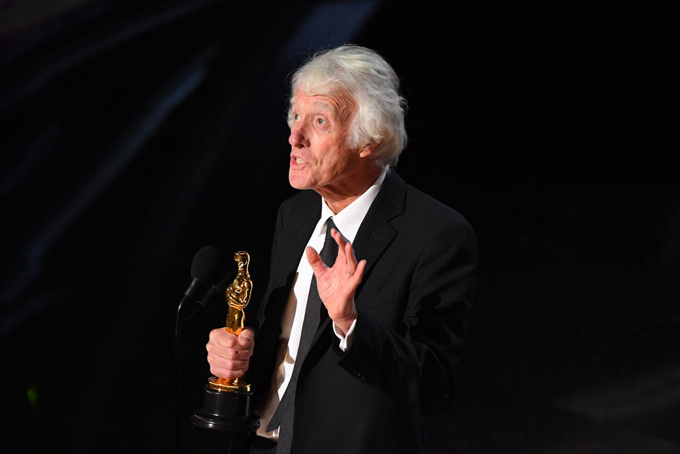 Nhà quay phim 70 tuổi Roger Deakins vinh dự nhận giải Quay phim xuất sắc với phim 1917.