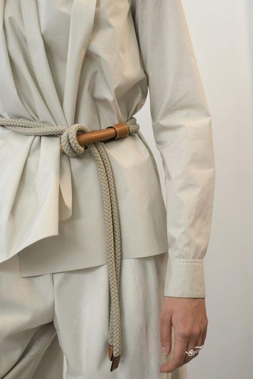 Đối với những cô nàng thích sự cá tính và mê các sản phẩm số lượng hạn chế thì áo blouse đi kèm đai lưng, dây lưng thiết kế thủ công là gợi ý thú vị.