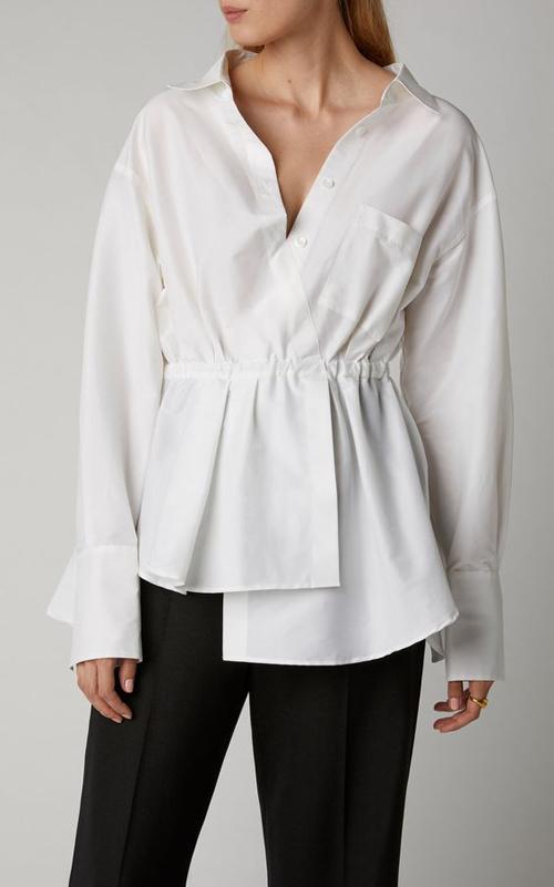 Đường chun eo giúp các mẫu sơ mi trắng, bloue trắng trở nên mới mẻ hơn và khiến trang phục văn phòng trở nên đa dạng.