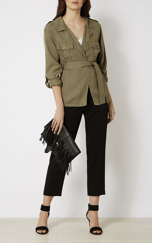 Dòng jacket, vest biến thể khi đi theo kiểu thắt eo thường được xây dựng trên các chất liệu vải thô như bố, kaki.