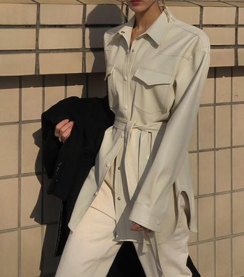 Sơ mi dáng rộng phối đai lưng vải đi cùng quần tiệp màu sẽ mang lại nét trẻ trung, thanh lịch cho người mặc.