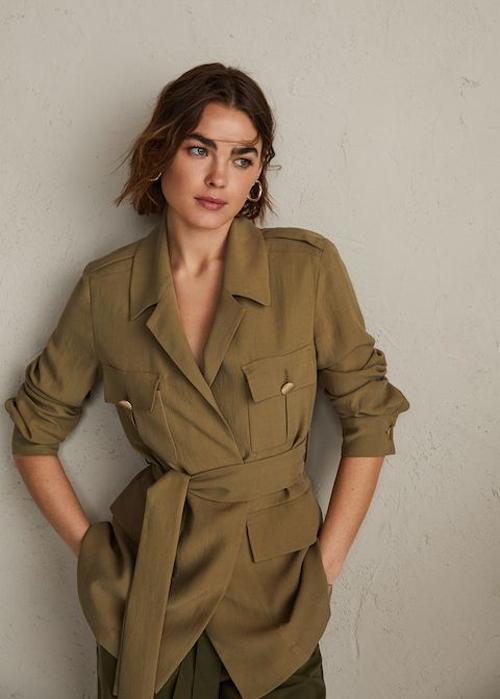 Áo đi kèm đai lưng vải được khai thác ở nhiều phom dáng như áo khoác, sơ mi, bloue để phái đẹp thỏa sức mix đồ phù hợp theo nhiều không gian và bối cảnh.