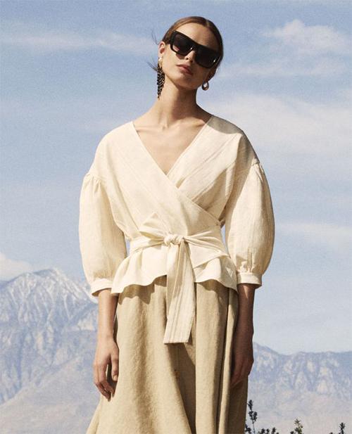 Sơ mi hayđược kết hợp cùng quần âu, quần ống rộng, còn các mẫu áo blouse nhấn eo lại thường được mix cùng chân váy tôn nét nữ tính cho người sử dụng.