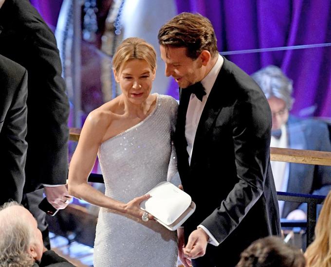 Bradley Cooper vàRenee Zellweger trò chuyện tại lễ trao giải Oscar tối 9/2. Ảnh: AFP.