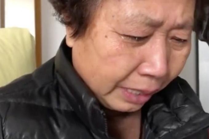 Mẹ bác sĩ Lý Văn Lượng bật khóc khi nói về con trai. Ảnh: SCMP.