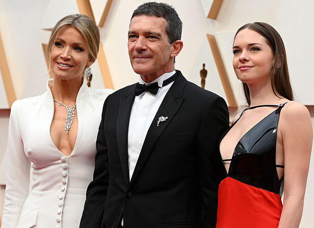 Tài tửAntonio Banderas đưa cô bạn gáiNicole Kimpel (bên trái) và con gái riêngStella đến dự cùng.Stella là con của Antonio với vợ cũ - minh tinhMelanie Griffith.