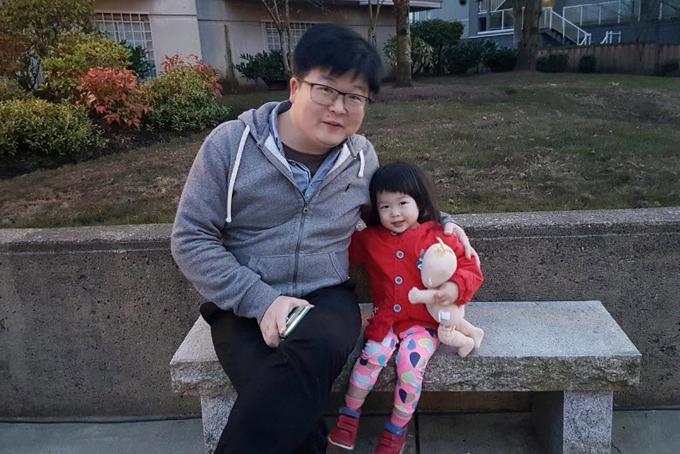 Bé Cerena và cha chụp ảnh khi còn ở Canada. Ảnh: Reuters.