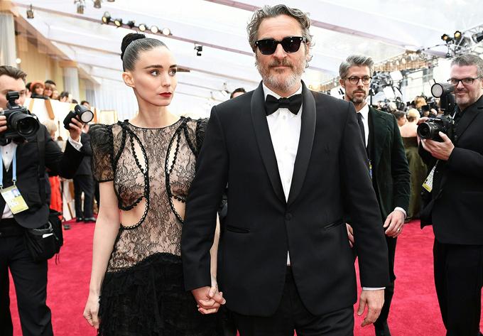 Ngôi sao Joker Joaquin Phoenix tay trong tay với vị hôn thê - nữ diễn viênRooney Mara.