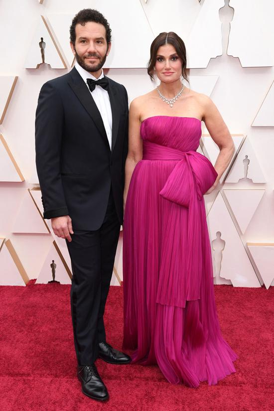 Ca sĩIdina Menzel - diễn viên lồng tiếng Elsa trong Frozen 2 - tham dự cùng chồng cô là nam diễn viênAaron Lohr.