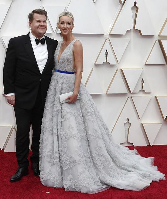Danh hài James Corden đến cùng vợ.