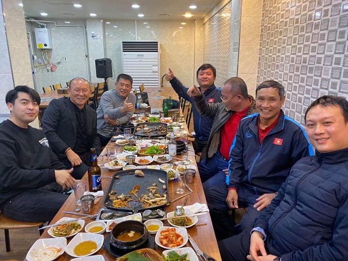 HLV Mai Đức Chung ngồi ăn cùng HLV Park và các cộng sự. Ảnh: MĐC.