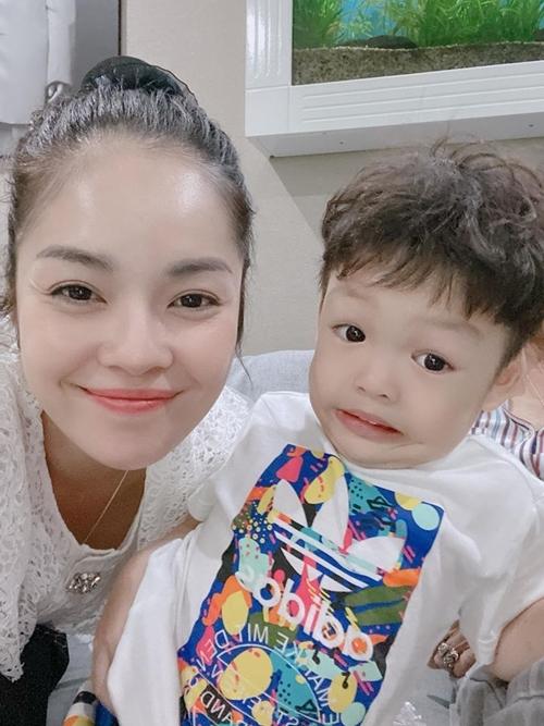 Con trai Dương Cẩm Lynh nhí nhố khi chụp hình cùng mẹ.