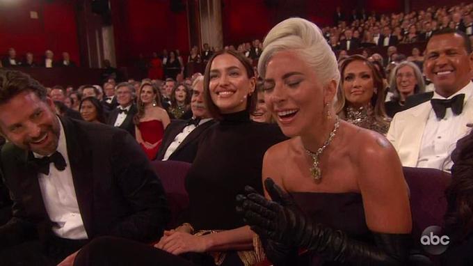 Bradley ngồi cạnh Irina Shayk và Lady Gaga tại Oscar 2019.