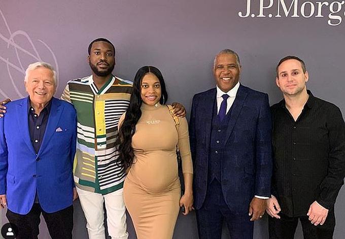 Ông chủ Patriots Bob Kraft, rapper Meek Mill với bạn gái đang mang thai Milan Harris, tỷ phú và nhà từ thiện Robert Frederick Smith và ông trùm thương mại Michael Rubin nằm trong số những người dự hội nghị JPMorgan. Ảnh: Instagram.