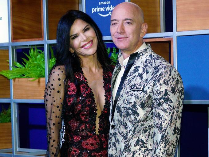 Jeff Bezos và bạn gái Lauren Sanchez tham dự một sự kiện do Amazon Prime Video tổ chức tại Mumbai, Ấn Độ, hôm 16/1. Ảnh: Bloomberg.