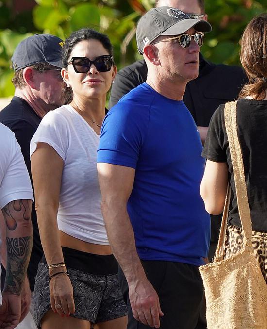 Tỷ phú Jeff Bezos và người tình Lauren Sanchez ở đảo St Bart, Caribbean, hôm 23/12. Ảnh: Mega.
