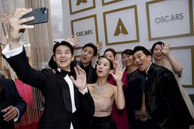 Dàn diễn viên của Ký sinh trùng selfie, cùng nhau ghi lại những khoảnh khắc đáng nhớ khi hiện diện tại Lễ trao giải Oscar tối 9/2 (giờ địa phương). Sự kiện diễn ra tại nhà hát Dolby, Los Angeles, Mỹ.